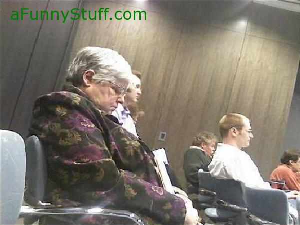 Funny pictures : Wide awake at meeting